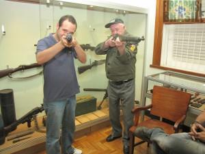 Eu e o Sr. João Moreira, empunhavamos uma carabina M1 Carbine em .30 Carbine e um Rifle Springfield 1903 em .30-06, respectivamente.