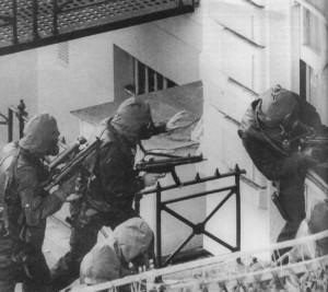 Equipe SAS invadindo a embaixada iraniana com suas Submetralhadoras H&K MP5 A3