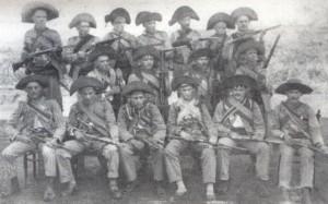 Lampião e seu bando no inicio do movimento cangaceiro, exibindo seus rifles.