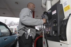 Americano adepto ao Open Carry abastecendo seu carro em algum posto de gasolina nos EUA. Este Senhor provavelmente não será atacado por racistas, e caso seja, responderá a altura.