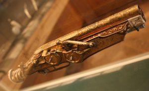 Pistola Wheellock de 2 canos, nela havia consequentemente dois mecanismos de disparo, que eram ligados ao mesmo gatilho.