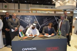 Momento de assinatura do acordo entre a Caracal International LLC e a Delfire